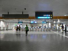 私はニュートン駅でダウンタウン線に乗り換え。 あ、この駅は乗り換えはいったん改札の外に出る構造でした。 東京では普通ですが、シンガポールでは珍しいです。 乗り換え通路、長かったです。この駅の乗り換えはお勧めしません。