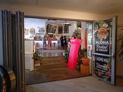 ハワイ3日目の朝ごはん。 Hawaiian Aroma Caffe Waikiki Beachcomberで軽めの朝食です。 ワイキキ・ビーチコマーホテルの2階にあります。 ちなみにお手洗いを借りるために店員さんに鍵を借りたら、持ち逃げ防止?でドデカイごりらのキーホルダーが付いてましたw