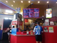 お昼ごはんはTeddy's Bigger Burger!! カイルアのバス停から徒歩5分くらいの場所にあります。