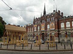 そのデザイン美術館。  クリスマスの前とか、華やかに飾り付けられるのかもしれないですね。