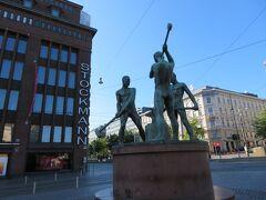 ヘルシンキ滞在2日目です。この日は土曜日。  朝9時から営業しているストックマンから旅はスタート。  ストックマンデパート前の「三人の鍛冶屋像」。