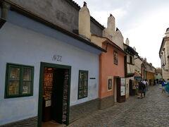 「黄金小路」はカラフルな小さな家が並んでいます。 当時の暮らしを再現していたり、お土産屋になっていたりかつては錬金術師が住んでいたそうです。 NO22の水色のお家は作家フランツ・カフカが職場として使っていた家です。