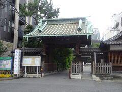 泉岳寺(中門 1836年35世大龐梅庭和尚代により再建されました。)