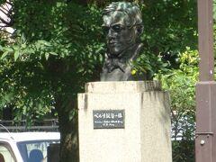 日比谷通りを挟んだやはり、芝公園の一角にペルリ提督の像と遣米使節記念碑があります。(100周年で造られました。)
