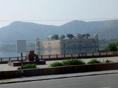 アンベール城へ行く途中にある湖の宮殿