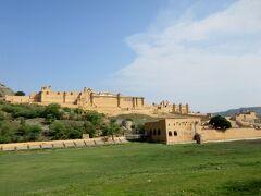 アンベール城はジャイプールの街はずれ、山々に囲まれた小高い丘の上にあります。