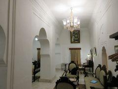 宮殿ホテルのとても感動的な部屋。 左側にベットが少し見える。