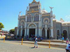 カルタゴはヨーロッパ人が作った古い街で、黒マリアのある大聖堂が有名です(上の写真)。  大聖堂前の有料トイレに寄りました。2人で200コロン。  大聖堂の黒マリア像は、先住民の子どもが見付けたと伝えられていますが、先住民にキリスト教を広めるために作られた話の可能性もあります。  像は高さ20センチくらいの小さなものでした。台座の石に触るとご利益があるらしく、拝観者は次々と台座をなでていました。