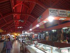 オールドマーケットに入ります。 日本で購入を決めていた商品を売っているブランドショップを探します。
