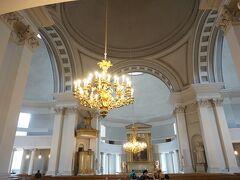 いきなり、ヘルシンキ大聖堂の内部写真から。 昨日、外観だけ眺めて次に行ってしまったので・・・  入場無料。 シャンデリアが美しい!