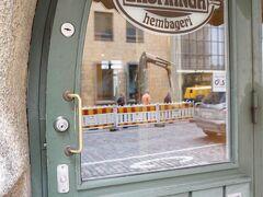 途中、エロマンガを発見! ヘルシンキにきたら、 シナモンロールの食べ歩きをしよう!と楽しみにしていましたが、 気持ちばかりがいっぱいであまり食べなかった・・・。 でも、ここも寄りたいお店だったので、 持ち帰りにして購入!
