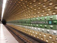 Malostranska駅に着きました。 プラハ城まではトラムで行くこともでき、そっちのほうが歩かないみたい。 でもここは元気に地下鉄で行き、歩きます!坂道ですが登ります!