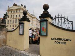 プラハ城の正門近くに世界一美しい景観が見られると言われているスターバックスがありました。