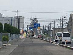 今日の最初の目的地は江島大橋。 こちら鳥取県境港市と島根県の江島に掛かる橋なのですが、江島から見るとその急勾配があたかも天空に車が登って行くように見える橋。通称「ベタ踏み坂」。 鳥取県側から渡って橋を降りたところにあるファミマ辺りから見ると良いとのこと。