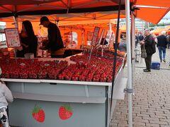 夏はベリーの季節 マーケット広場をのぞきながらフェリー乗り場へ