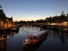 日が暮れる瞬間のアムステルダム。運河に次々と灯る光と、マジックアワーならではの淡い空の色。時々刻々と変わる街の雰囲気に、名残惜しさを感じながら撮影した1枚。
