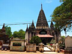 """到着したのは、オールドバガンの城壁内にある""""MAHABODHI TEMPLE""""。 仏陀が悟りを開いた場所として名高い、インド北部のブッダガヤにある同名のマハーボディ寺院を模して、ゼーヤテインカ王により1215年に建立された寺院と言われている。 ヒンドゥー教寺院のシンボルであるゴープラムを思わせる形状をした高さ43mの仏塔が目を惹く、バガンでも珍しいスタイルで2層構造をしている。"""