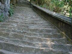 チャータータクシーで五行山に送ってもらい、チケットを買って登り始めます。 長い石段を登って行くと・・・