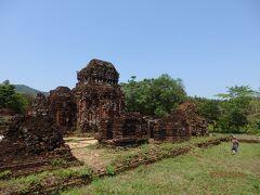 遺跡が現れました。 チャンパ王国(2~17世紀)の聖地です。 ヒンドゥーの神々が祀られていますが、ベトナム戦争時に米軍の誤爆により、かなり破壊されてしまっています・・