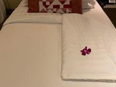 ホテルに帰ったらベッドに花が~! 嬉しいね。