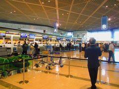 成田空港第1ターミナル出発ロビーBカウンターでチェックイン