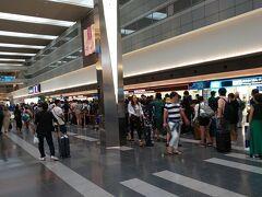 自動チェックイン機で発券しようとしたのですが、羽田→那覇と那覇→久米島とで買った人も違うし、別手配で予約種別もバラバラなんで機械ではできず、結局係の人に発券手続きしてもらいました。  うぉっ?!なんか手荷物カウンターがえらく混んでるよ! あー…今週から夏休みなんだもんねえ。