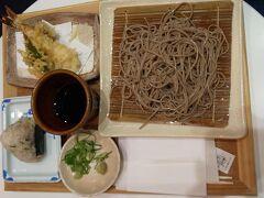 あんまりお腹も空いてなかったので、保安検査を受けてから出発ゲート前の「石臼挽き蕎麦 あずみ野」で天ぷらそば(1100円)とちりめんじゃこおにぎり(160円)を二人でささっと食べました。 天ぷらが揚げたてでおいしい。