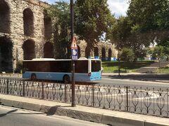 新市街地のホテルから旧市街地の歴史地区へ観光バスで連れて行ってもらいます。 途中、水道橋がありました。