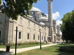 今回もたくさんのイスラム教のモスクを見学予定です。 モスクは英語の読み方で、トルコ語ではジャーミーというそうです。  最初のジャーミーがシュレイマニエジャーミー  大きすぎて写真に納まりません!  第7代スルタンのジャーミーです。 ミナーレ(周囲にある高い塔)が4本あり、昔々はここに聖職者が長い長い階段を登り、今でも流れるお祈りの時間のお知らせを街に呼びかけていたそうです。