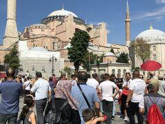 かなり歩きました!  イスタンブールで一番人気の観光地 アヤソフィアです。  ここは数奇な運命をたどっている建築物です。 建築は紀元360年 領内各地から石材が運ばれて建設されました。 エフェソスやアポロン神殿といった遺跡を使っているのです! こうしてキリスト教会が建てられ、オスマン征服によりジャーミーに変わり今は博物館として現存しているのです。