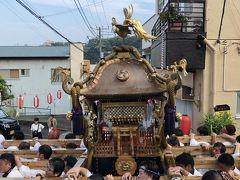 真鶴港へ向かう途中、突如お神輿に行く手を遮られました。
