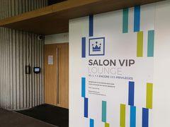 マルセイユ・プロヴァンス空港 SALON VIP Cezanne LOUNGE ビジネスクラスラウンジです。 入室にはドアー横にある四角い読み取り機でボーディングパスのバーコードを読み取ります。