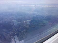 湖が見える。 スイスかイタリアの上空かな。  後日必死にグーグルを眺めた結果、 イタリアのマッジョーレ湖上空と判明。 スイスからイタリアに入った辺りにこの湖があります。 写真左上に霞んでいるのがミラノ市内。  画面左に見切れていますが 4年前に行ったコモ湖、 画面下は映画祭で有名なロカルノがあります。