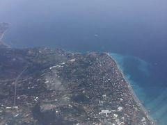 地中海が見えてきた。 飛行機は一旦イタリアの方まで南下して そこから海岸沿いに西へ飛ぶようです。 ここはイタリアのボルディゲーラ 5年前に2度ほど訪れたことあるイタリアのヴァンテミリアと サンレモの中間点。 この写真の下方向にモナコやニースがあります