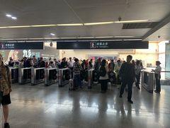 2時間もかからずに昆明駅に到着しました。ここでもまた一部改札が反応しない→隣に割り込む→そっちもダメの繰り返しで改札出るのに大渋滞。最終的に改札開けっ放しになるからなんとも無意味。 ここから石林に向かうので、まずは東部バスターミナルに行きます。