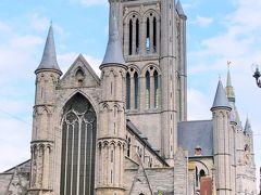 ホテルでゆっくりする間もなく、街歩きに出かけました。 最初にやって来たのは、すぐそばにある『聖ニコラス教会』でした。  この教会は、スヘルデ・ゴシック様式の最高傑作とされる建築物。スヘルデ・ゴシック建築とは、スヘルデ川(レイエ川はスヘルデ川の支流)周辺のみで見られるゴシック建築のことらしく、トゥルネー地方産の青味のある石を使って建てられたとのことです。11世紀から建築され13世紀に完成された、ゲント商人の富と文化の高さを象徴する教会でもあるそうです。