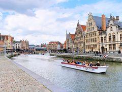 レイエ川では運河巡りのボートが行き交います。
