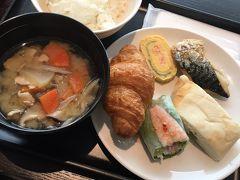今回のパリ旅行はJAL便を利用! 夫がサファイア会員なので早めにチェックインしてサクララウンジへ。 午前発の便なので朝ごはんメニューの時間帯。 しばらく和食は食べないかなと思いしっかり豚汁を頂きました。野菜たっぷりで嬉しい。