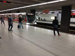 ほぼ4時間後の10:40頃プラハ本駅に到着。 帰りの電車は午後4:20発なので、およそ6時間のプラハ プライベート観光の始まり! ここで最初のトラブル? 近くの地下鉄駅ムゼウムまで歩けば、地下鉄を乗り換えせずに最初の目的地であるプラハ城の近隣駅まで行けるとの計画でした。 しかしチェコ語の看板は実に手強く(英語表記も分かりづらい)、行きたかった駅の西口にうまく出られません。お店の人に聞いてもどうも違う方向を教えてくれているようで。 時間がもったいなく方針変更、プラハ本駅の地下鉄駅から乗車し途中乗り換えで目的地を目指すことに。 自動券売機で切符を買おうとしましたが、途中でコインしか使えないことが分かり窓口に変更。しかしこの窓口は近辺では一箇所しか見当たらず、しっかり列が。15分程並びようやく切符を入手し、地下鉄ホームに向かう。 地下鉄のホームも車両も思ったよりきれいだったのは少し以外。(プラハ市には失礼でした!) ムゼウム駅で乗り換え、そこから3つ目のマロストランスカー駅で下車しプラハ城を目指します。
