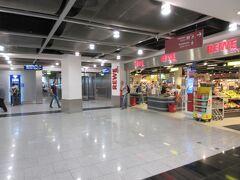 空港1階にはスーパーマーケットもあります。 ここの店名は「REWE」。 この日は平成が終わる5日前、思わず「レーワ」と読んでしまった。  仕事を終えたデュッセルドルフ在住の友人が空港に到着し、合流。 今回の旅はこの友人家族と同行します。