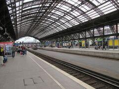 翌日、この日はケルンを観光します。  鉄道でケルン中央駅に到着、デュッセルドルフ中央駅から30分程度と近かった。