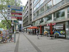 日本食材店やレストランなどが立ち並ぶ、インマーマン通り。 ラーメン屋や、赤ちょうちんが吊るされた居酒屋などもあります。