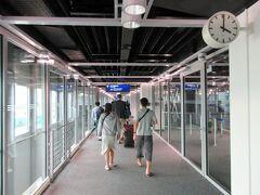 デュッセルドルフ空港到着。 どうやら成田便が到着する時間帯は、シェンゲン外からのフライトは他に無いようで、入国審査の列はほぼ日本人だけでした。  ドイツではSIMカードの現地購入利用はかなりの手間らしく(テロ対策だとか)、事前に日本で買っておいた欧州各国で使えるイギリスのSIM(Three)をスマホに挿入、アクティベート。