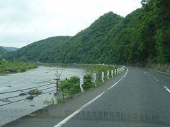 この道、ずっと吉井川に沿っている。 盆地のようになっている津山の地域を流れている吉井川は、鉄道が並行していないところを流れて海に注いでいる。 現在では。(ここ重要)