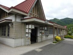 旧吉ヶ原駅の駅舎。 廃線になったあと、バスの待合室として使われていたために、当時の姿がそのまま残っている。  ちなみに終点の柵原駅は、同和鉱業から名前を変えた現在の会社の工場の一部になっていて跡形もない。
