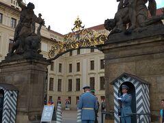 ついにプラハ城正門に! 正門前はフラチャニ広場と呼ばれ、2009年4月5日にアメリカのオバマ大統領(当時)が歴史的な核廃絶宣言を行った広場として有名だそうです。 衛兵の皆さんも暑い中ご苦労さまです!