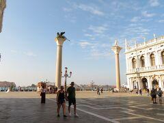 旅行4日目、ベネチアを観光。前日午後、アルベロベッロから送迎車でバーリへ向かい、バーリ~ベネチア間はアリタリア航空で移動。写真はサン・マルコ広場のカナル・グランデに面した広場に建つ2本の円柱。それぞれ頂上に聖マルコを象徴する「有翼の獅子」像と「聖テオドーロ」像がある。