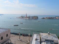 鐘楼の展望台に昇ってみた。展望台からの眺め。運河を挟んで島に建つサン・ジョルジョ・マッジョーレ聖堂の鐘楼が見える。