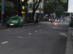 朝のドンコイはまだバイクも少ない。  この国のバイクの数は本当に半端ない。 バイクに乗らないと市民権もらえないんじゃない?と思うほど。