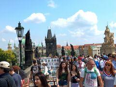 プラハ城を下ってカレル橋に到着。 橋の上は、人・人・人! 橋の両脇から30体の聖人像が迎えてくれます